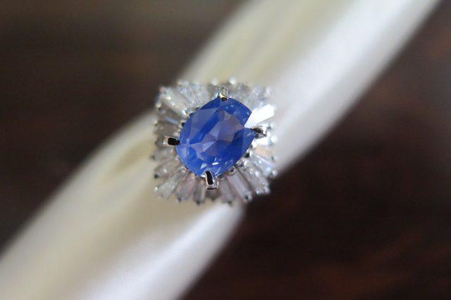 シルキーで水色のサファイア テーパーカットダイヤモンド取巻き Pt900 リング #11 /7643