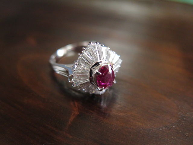 非加熱ルビー(モザンビーク産) 1.1ct テーパーカットダイヤモンド取巻き Pt900 リング /9344