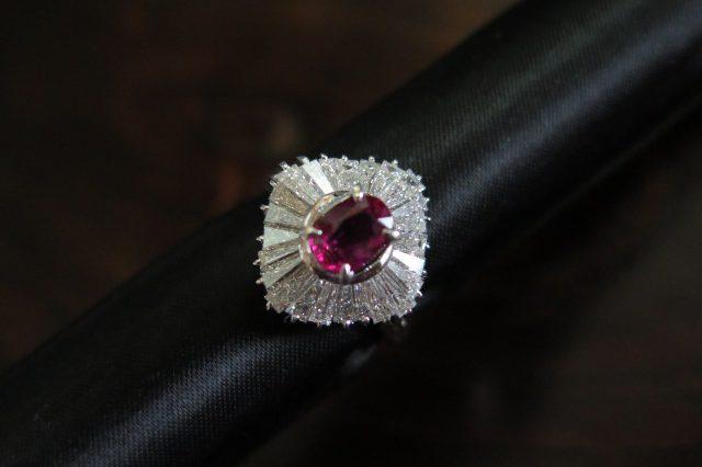 非加熱ルビー(モザンビーク産) 1.1ct テーパーカットダイヤモンド取巻き Pt900 リング #14 /9344