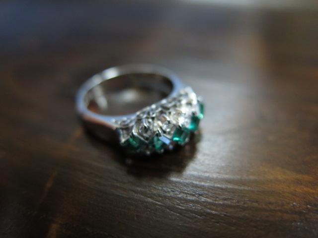 エメラルド、ダイヤモンド変則三文字リング